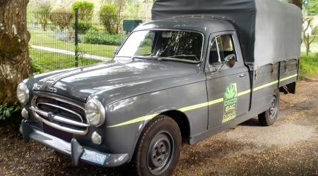 Voiture de collection « Peugeot 403 bachée »