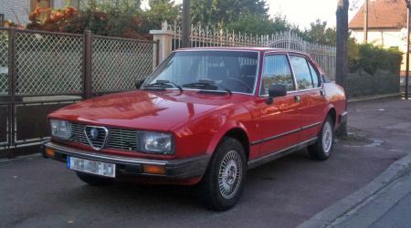 Alfa Roméo Alfetta rouge vue de 3/4 avant gauche