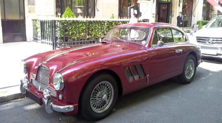 Voiture de collection « Aston Martin DB2 bordeaux »