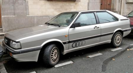 Voiture de collection « Audi 100 GT »