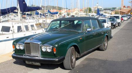 Voiture de collection « Bentley Corniche 1980 verte vue de 3/4 avant gauche »