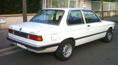 Voiture de collection « BMW 320 Série E21 blanche »