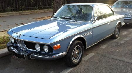 BMW 3.0 CSI bleue vue de 3/4 avant gauche