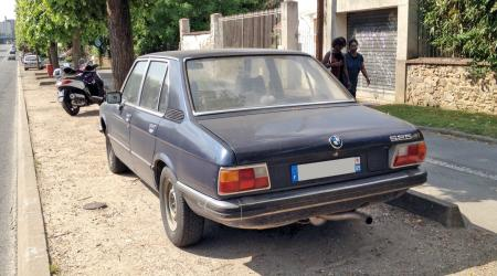 Voiture de collection « BMW 525 E12 bleue marine »