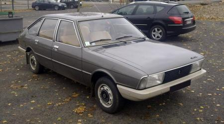 Voiture de collection « Simca 1307 marron vue de 3/4 avant droit »