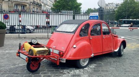 Voiture de collection « Citroën 2CV avec remorque »