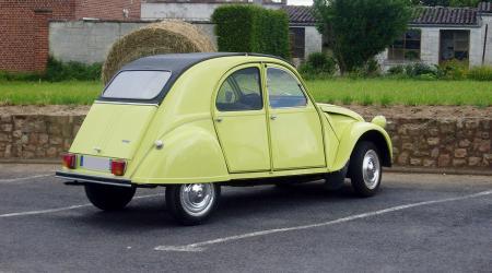 Citroën 2cv spécial 1976 jaune cédrat vue de l'arrière