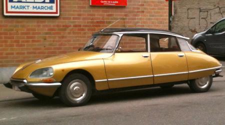 Voiture de collection « Citroën DS dorée vue de côté »