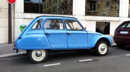 Voiture de collection « Citroën Dyane bleue »