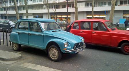 Voiture de collection « Citroën Dyane Bleue avec une Renault 4l rouge qui passe derrière »