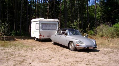 Voiture de collection « Citroën ID 19 avec sa caravane »