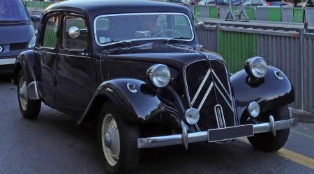 Voiture de collection « Une Citroën traction dans les bouchons »