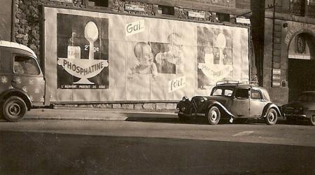 Citroën Traction noire à l'époque avec publicité Phosphatine pour Bébé 2ème âge