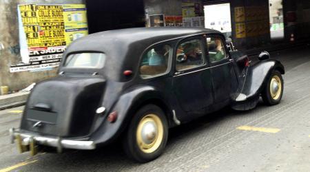 Voiture de collection « Citroën Traction noire prise en roulant »