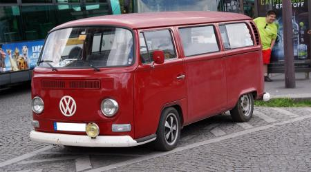Voiture de collection « Combi Vokswagen rouge rabaissé »