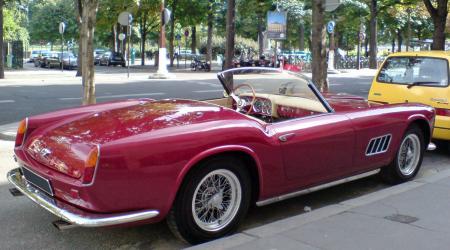 Voiture de collection « Ferrari 250 GT California vue de 3/4 arrière droit »