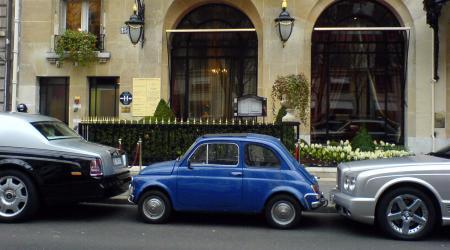 Fiat 500 bleue bien entourée !