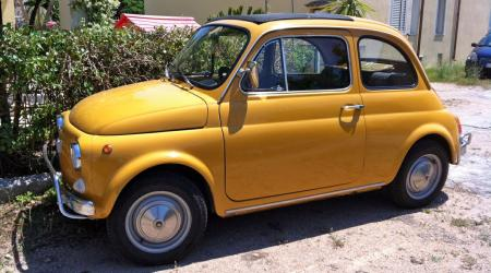 Voiture de collection « Fiat 500 jaune »
