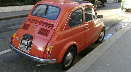 Voiture de collection « Fiat 500 Orange vue de 3/4 haut arrière droit »