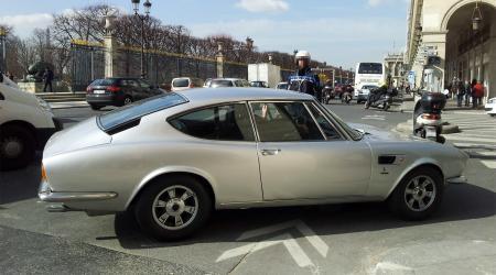Voiture de collection « Fiat Dino Coupé Bertone vue de profil droit »