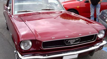 Voiture de collection « Ford Mustang bordeaux »