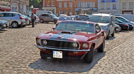 Ford Mustang rouge et noire