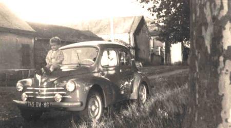 Renault 4cv avec Gilbert R. assis sur le capot
