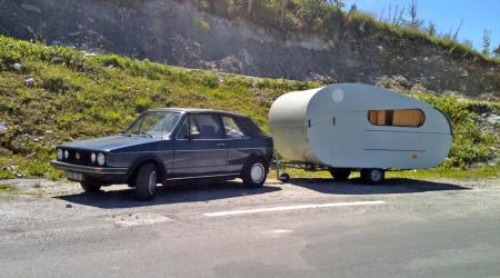 Voiture de collection « Volkswagen Golf cabriolet et sa caravane »