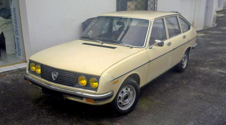 Voiture de collection « Lancia Beta (β) 1300 Série 1 beige »
