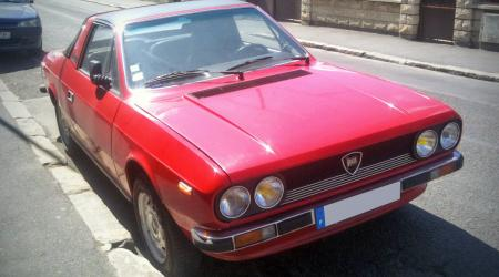 Voiture de collection « Lancia Beta Spider 1600 rouge vue de 3/4 avant gauche »