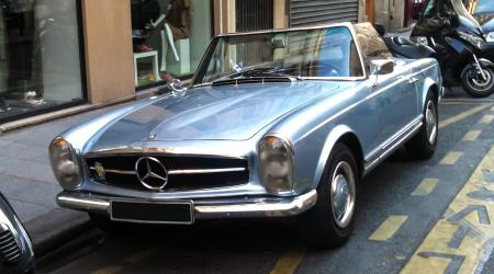 Voiture de collection « Mercedes-Benz 230SL Pagode »