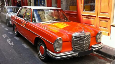 Voiture de collection « Mercedes-Benz 220 D W111 Orange à toit blanc »
