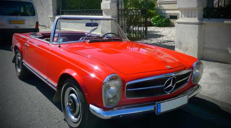 Voiture de collection « Mercedes 230 SL rouge »