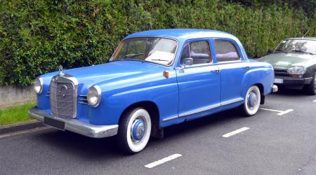 Voiture de collection « Mercedes-Benz 190db W121 vue de 3/4 avant gauche »