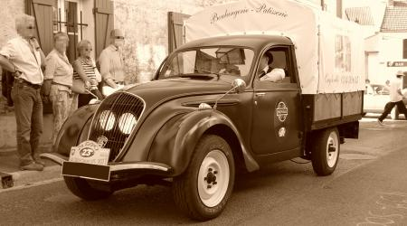 Voiture de collection « Il s'agit d'une Peugeot 202 pick-up de 1948 appartenant au boulanger d'Orry-la-Ville »