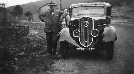 Voiture de collection « Peugeot 202 avec tonton Bastide qui pose fièrement »