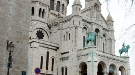 Voiture de collection « Peugeot 403 Cabriolet blanche à Montmartre »