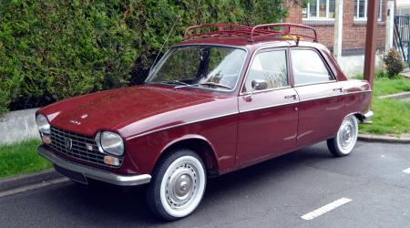 Voiture de collection « Peugeot 204 bordeaux »