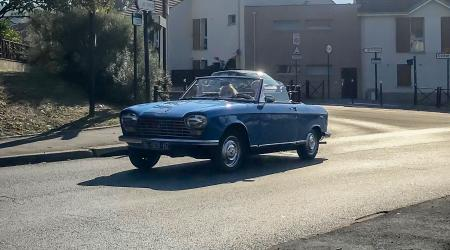 Voiture de collection « Peugeot 204 cabriolet »