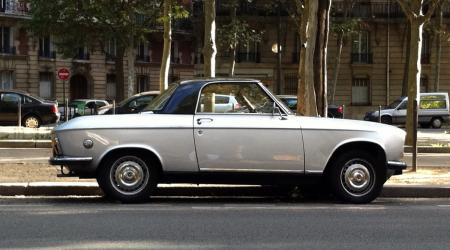 Voiture de collection « Peugeot 304 cabriolet avec hard top »