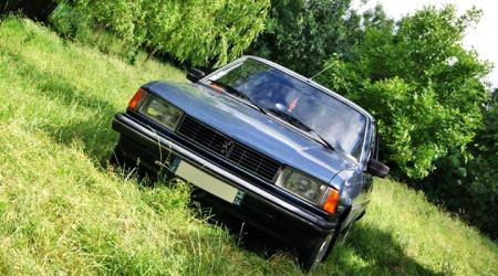 Voiture de collection « Peugeot 305 SRD »