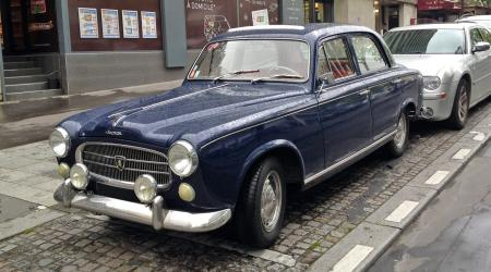 Voiture de collection « Peugeot 403 bleue »