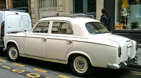 Voiture de collection « Peugeot 403 avec galerie »