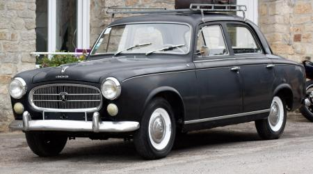 Voiture de collection « Peugeot 403 noire »