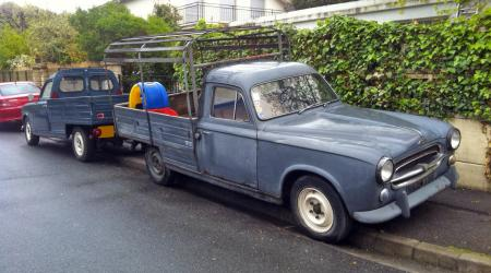 Voiture de collection « Peugeot 403 pick-up vue de 3/4 avant droit »