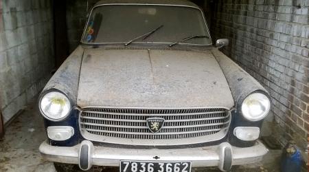 Voiture de collection « Peugeot 404 « Sortie de grange » »
