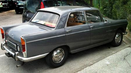 Voiture de collection « Peugeot 404 grise »