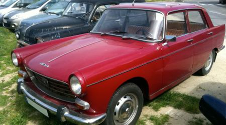 Voiture de collection « Peugeot 404 bordeaux »