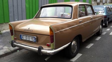 Voiture de collection « Peugeot 404 marron vue de 3/4 arrière droit »