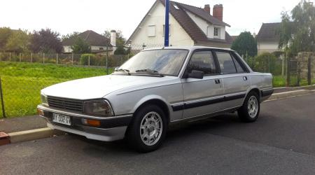 Voiture de collection « Peugeot 505 GTI Turbo grise »